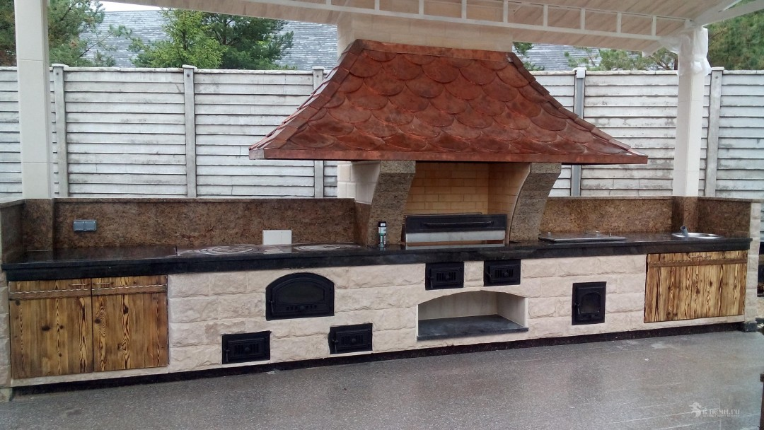 Стольное печной комплекс из мангала, плиты казана и коптильни с медным дымосборником
